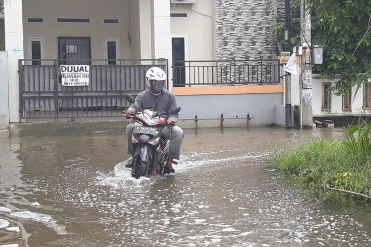 Banjir di Perumahan Graha Prima Sentosa, Kelurahan Kaliabang Tengah, Kecamatan Bekasi Utara, Kota Bekasi, Senin (28/1/2019).
