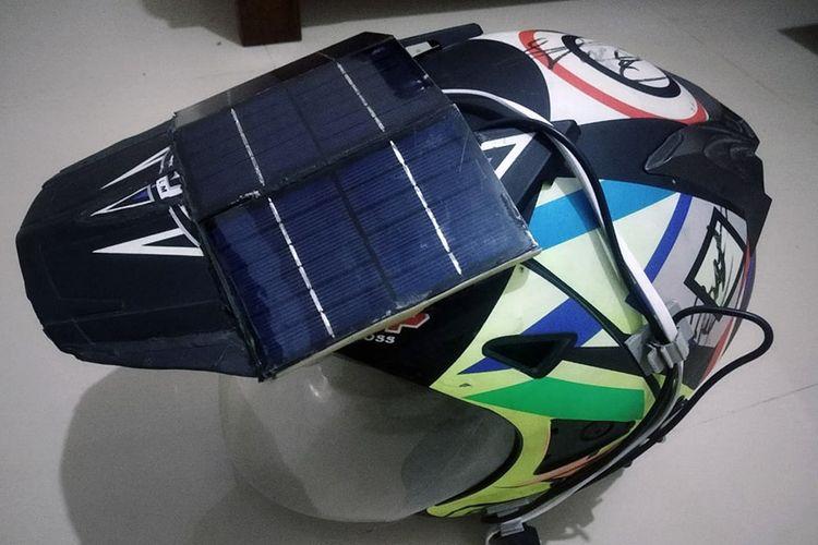 Helm tenaga surya yang bisa digunakan untuk mengisi daya baterai di handphone kreasi Muhammad Ali Alfian.