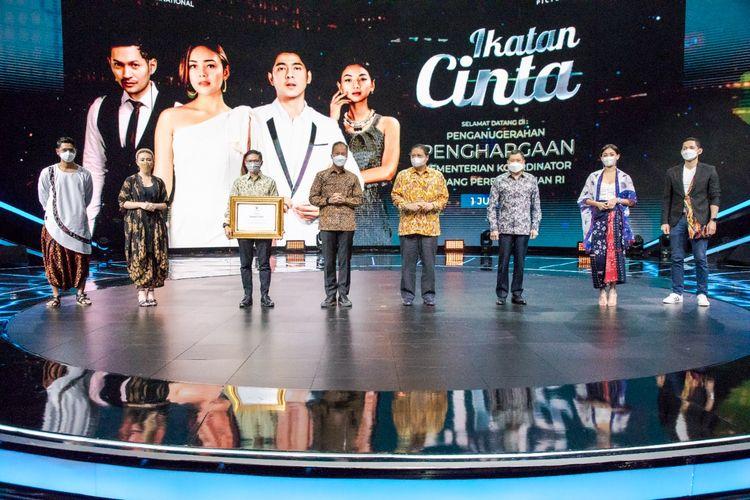 Pemberian penghargaan dari Menteri Koordinator Bidang Perekonomian, Airlangga Hartanto kepada sinetron Ikatan Cinta. (Dok. RCTI).