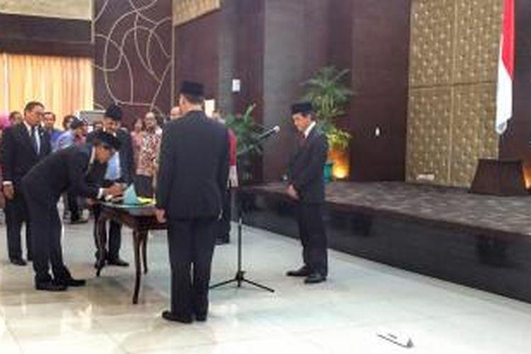 Kepala Badan Ekonomi Kreatif (BEKraf) Triawan Munaf melantik delapan pimpinan tinggi madya BEKraf, Senin (27/7/2015), di Gedung Setneg, Jakarta.