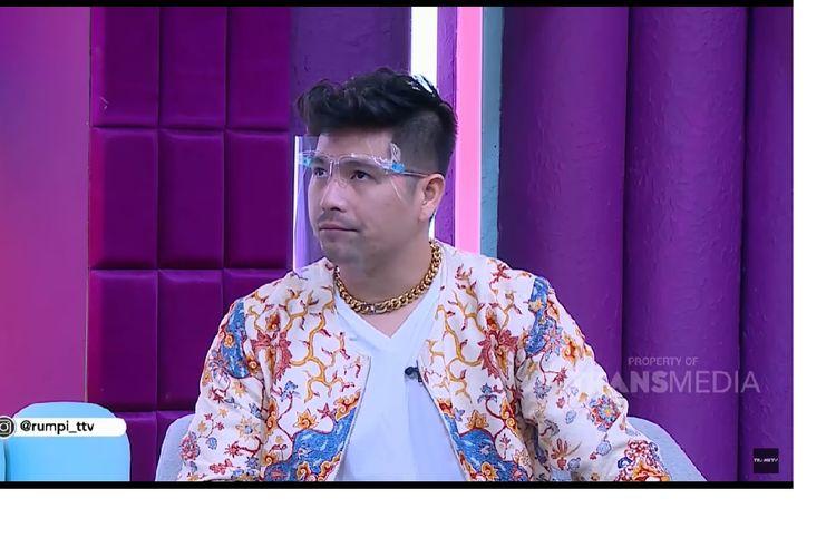 Erick Iskandar saat menjadi bintang tamu dalam acara Rumpi Trans TV dan menjelaskan tentang hubungan adiknya, Jessica Iskandar, dengan Richard Kyle.