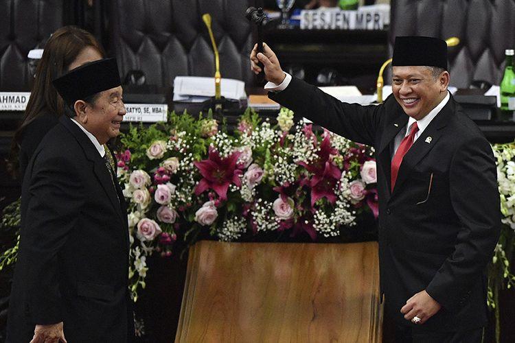 Ketua MPR Bambang Soesatyo (kanan) mengangkat palu sidang disaksikan pimpinan sementara MPR Abdul Wahab Dalimunte (kedua kiri) dan Hillary Brigitta Lasut (kiri) usai pelantikan pimpinan MPR periode 2019-2024 di ruang rapat Paripurna MPR, Kompleks Parlemen, Senayan, Jakarta, Kamis (3/10/2019). Sidang Paripurna tersebut menetapkan Bambang Soesatyo sebagai Ketua MPR periode 2019-2024 dengan Wakil Ketua, Ahmad Basarah dari Fraksi PDI Perjuangan, Ahmad Muzani dari Fraksi Partai Gerindra, Lestari Moerdijat dari Fraksi Partai Nasdem, Jazilul Fawaid dari Fraksi Partai Kebangkitan Bangsa, Syarief Hasan dari Fraksi Partai Demokrat, Zulkifli Hasan dari Fraksi Partai Amanat Nasional, Hidayat Nur Wahid dari Fraksi Partai Keadilan Sejahtera, Arsul Sani dari Fraksi Partai Persatuan Pembangunan dan Fadel Muhammad dari Kelompok DPD di MPR.