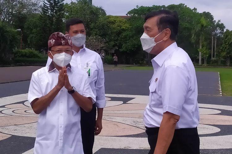 Gubernur Bali Wayan Koster saat menyambut kedatangan Menteri Koordinator Bidang Kemaritiman dan Investasi (Menko Marves) Luhut Binsar Pandjaitan di Denpasar, Kamis (12/8/2021)