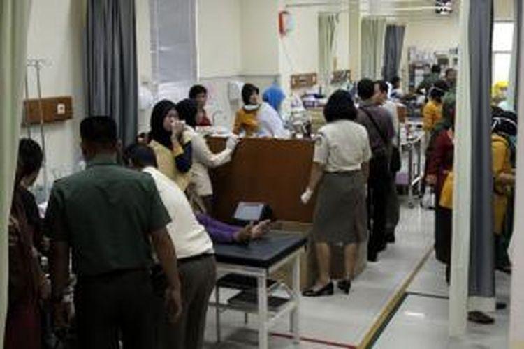 Sejumlah korban dalam tabrakan KRL jurusan Serpong-Tanah Abang dengan truk tangki pembawa bahan bakar, saat dirawat di Rumah Sakit dr Suyoto, Jakarta Selatan, Senin (9/12/2013). Kecelakaan mengakibatkan sejumlah rangkaian gerbong dan truk tangki terbakar, menyebabkan puluhan luka-luka dan 10 orang tewas.