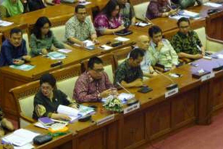 Menteri Kesehatan, Nila Moeloek (paling kiri), Plt Kepala BPOM Tengku Bahdar Johan Hamid, perwakilan Biofarma, dan Ikatan Dokter Anak Indonesia (IDAI) dalam rapat kerja bersama Komisi IX DPR, Kompleks Parlemen, Senayan, Jakarta, Senin (27/6/2016)