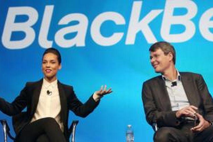 Alicia Keys (kiri) bersama mantan CEO BlackBerry Thorsten Heins ketika ditunjuk menjadi Direktur Kreatif Global BlackBerry dalam acara peluncuran BlackBerry 10, New York, 30 Januari 2013