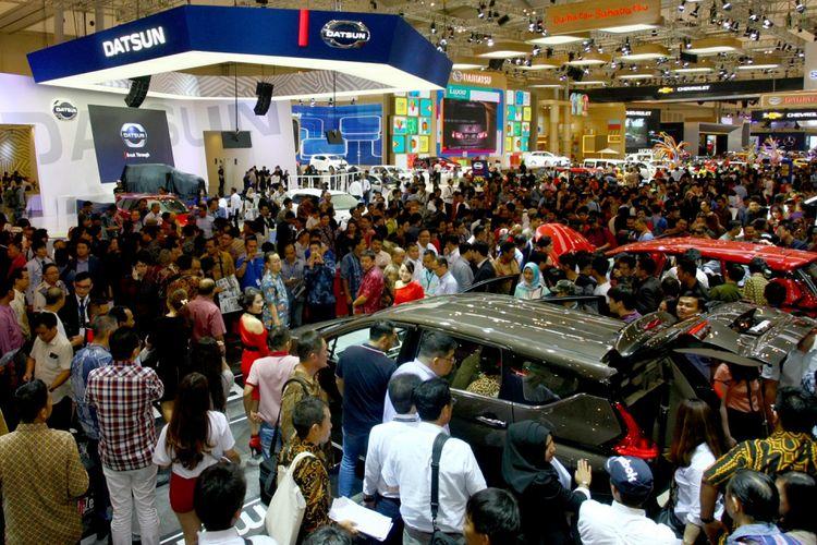 Pengunjung memadati arena pameran Gaikindo Indonesia Internasional Auto Show (GIIAS) 2017 di Indonesia Convention Exhebition (ICE) BSD, Serpong, Tangerang, Banten, Kamis (10/8) Pameran yang berlangsung 10 - 20 Agustus 2017 akan diikuti 32 ATPM anggota GAIKINDO serta 40 produk mobil baru dan konsep serta sepeda motor. ANTARA FOTO/Muhammad Iqbal/ama/17