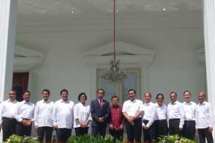 Presiden Joko Widodo dan Wakil Presiden Jusuf Kalla berfoto bersama calon menteri yang akan dilantik di Istana Negara, Rabu (27/7/2016).
