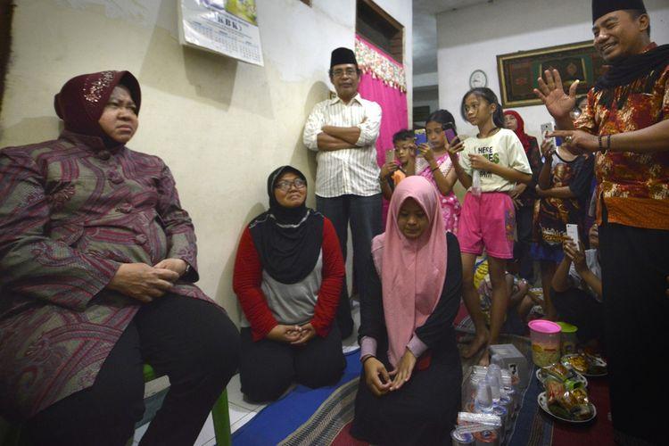 Wali Kota Surabaya, Tri Rismaharini, saat mengunjungi rumah duka almarhum Badrul Munir, salah satu petugas KPPS yang meninggal saat menjalankan tugas, di Kelurahan Kedung Baruk, Kecamatan Rungkut, Surabaya, Jumat (26/4/2019).