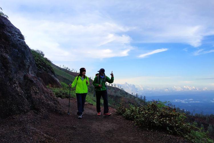 Salah satu pemandu gunung bersertifikasi Badan Nasional Sertifikasi Profesi (BNSP) sedang memandu turis mendaki Gunung Ijen di Banyuwangi.