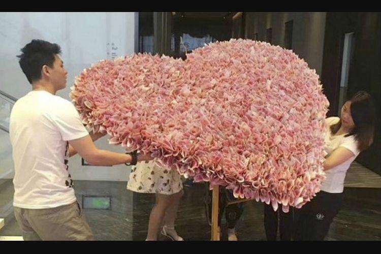 Pria Di China Beri Karangan Bunga Dari 3 344 Lembar Uang Untuk