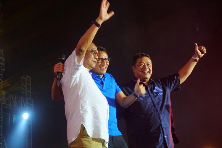 Wakil Gubernur DKI Jakarta Sandiaga Uno, bersama wakil DPRD DKI M. Taufik dan anggota DPRD Bestari Barus  menyapa para penonton di panggung utama pantai Carnaval Ancol, Senin (1/1/2018). Sandiaga hadir untuk merayakan pergantian tahun bersama pengunjung Ancol.