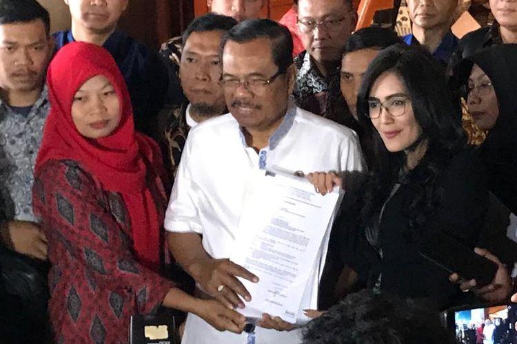 Jaksa Agung HM Prasetyo usai bertemu langsung dengan Baiq Nuril, di Kompleks Kejaksaan Agung, Jakarta Selatan, Jumat (12/7/2019).