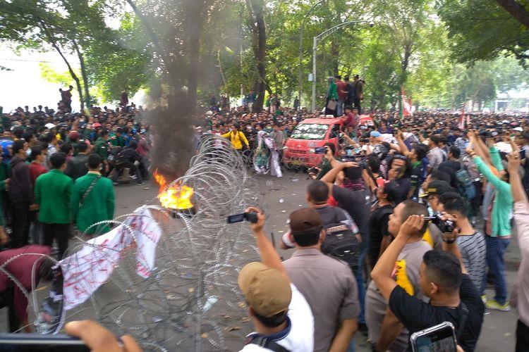 Massa aksi membakar ban dalam unjuk rasa tadi siang di depan kantor DPRD Sumut. Aksi mereka berujung rusuh dan sejumlah mahasiswa yang provokator diamankan.