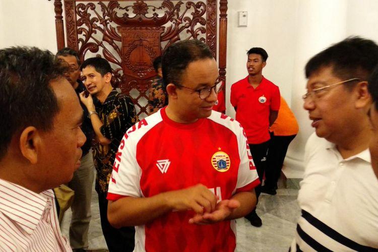 Gubernur DKI Jakarta Anies Baswedan sedang berbincang CEO Persija Jakarta Gede Widiade di Balai Kota DKI Jakarta, Minggu (18/2/2018).