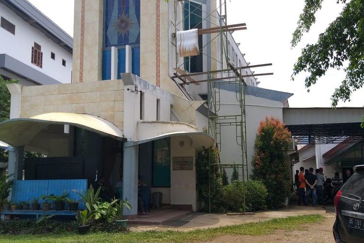 Para jemaat Gereja Kristen Injili Indonesia (GKII) di Jalan Sumoharjo, Palembang, Sumsel, terlihat masih ramai usai mengikuti ibadah pemberangkatan jenazah MZ, Rabu (27/3/2019).