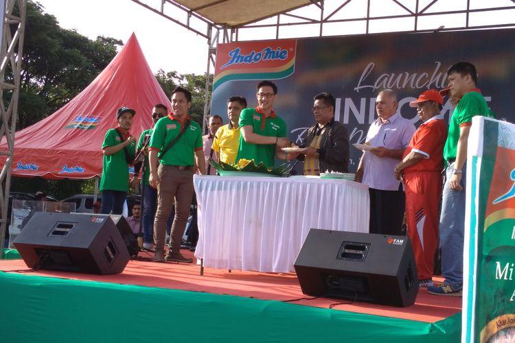 Asisten II Bidang Ekonomi dan Pemerintahan Setda Aceh dan Wali Kota Banda Aceh melakukan potong tumpeng dalam rangka peluncuran varian mie instant dengan rasa mie goreng mie aceh, Minglang Padang Banda Aceh, Minggu (28/1/2018).
