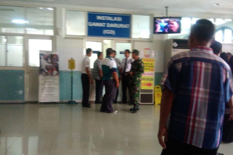 Polisi dan TNI menjaga Instalasi Gawat Darurat (IGD) RS Panti Rapih, Yogyakarta.