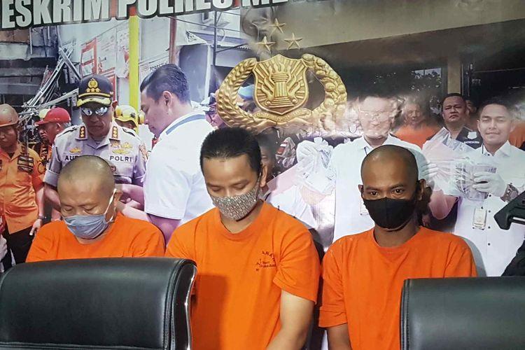 Tiga orang pelaku pelecehan seksual terhadap anak NS (baju oranye kiri), S (baju oranye tengah), AM (baju oranye kanan) dalam konferensi pers di Polres Metro Jakarta Barat, Jumat (25/12/2020).
