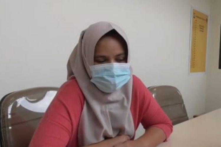 HN (29) mantan teller bank BUMN yang ditangkap polisi saat menjalani pemeriksaan penyidik Ditreskrimsus Polda Riau, Selasa (21/9/2021).