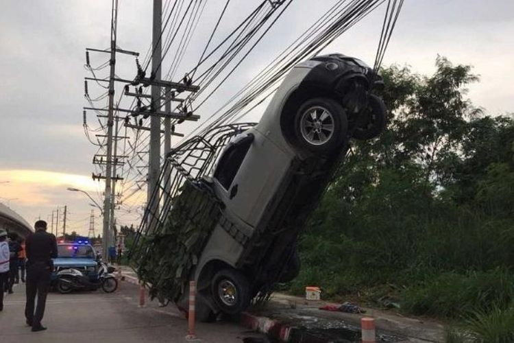 Sebuah tersangkut di kabel tiang listrik setelah mengalami kecelakaaan di Provinsi Ratchaburi, Thailand, pada Senin (13/11/2017). (Bangkok Post)