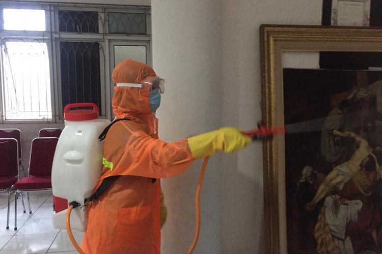 Angel dan relawan Gereja Melawan Covid-19 (GMC) menyemprotkan desinfektan di rumah ibadah di kawasan Jakarta