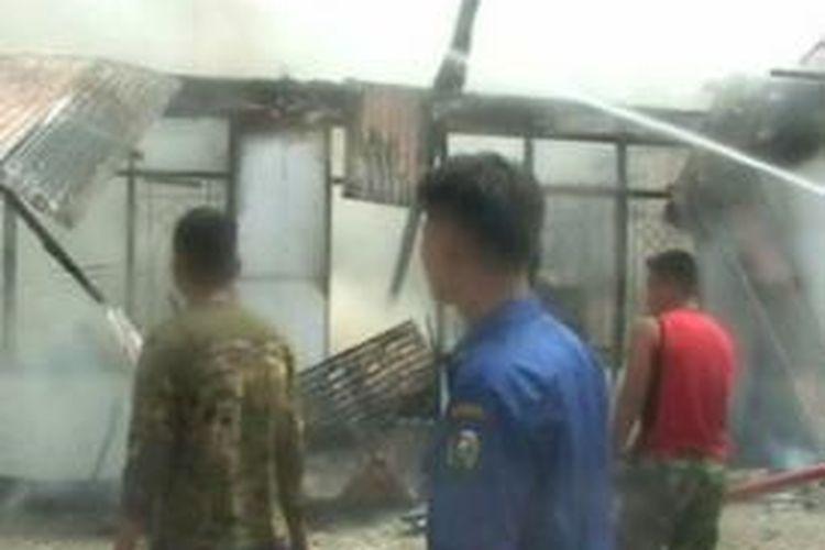 Kantor BMKG Majene ludes dilalap api, Selasa (2/6). Kebakaran diduga dipicu ledakan genset yang diyalakan petugas saat pemadaman listrik terjadi hingga menimbulkan ledakan.