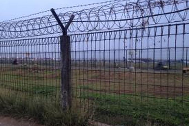 Tampak lahan yang ada di samping Jalan Perimeter Utara Bandara Soekarno-Hatta, Tangerang, Senin (16/11/2015). Lahan yang merupakan bagian dari Desa Rawa Rengas ini rencananya akan dibebaskan menyusul rencana perluasan landasan pacu atau runway ke tiga bandara.