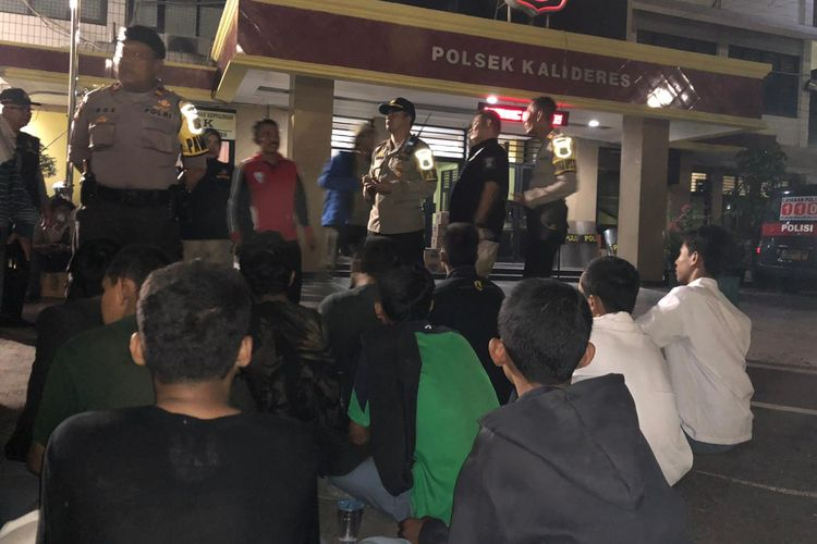 Kapolsek Kalideres AKP Indra Maulana Saputra saat menghalau massa pelajar yang hendak berdemo di Gedung DPR/MPR pada Senin (30/9/2019)