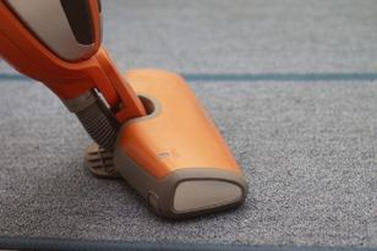 Cara alami meminimalisasi polutan di dalam rumah adalah dengan membersihkan karpet secara berkala.