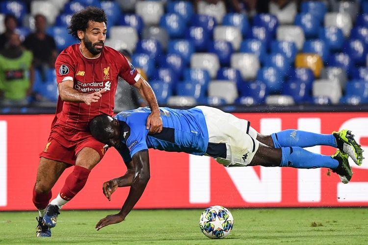 Bek Napoli Kalidou Koulibaly (kanan) menjaga penyerang Liverpool Mohamed Salah dalam pertandingan Grup E Liga Champions antara Napoli vs Liverpool pada 17 September 2019 di Stadion San Paolo di Naples.