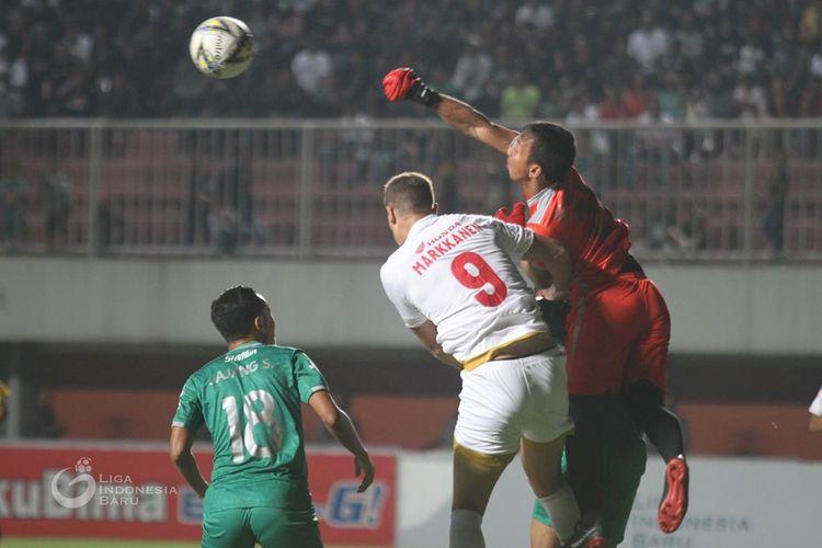 Kiper PSS Sleman, Ega Rizky (hijau), berjibaku dengan striker PSM Makassar, Eero Markkanen (putih), pada laga PSS Sleman vs PSM Makassar di Stadion Maguwoharjo, Sleman, Jumat (23/8/2019). Laga tersebut dimenangi PSS dengan skor 3-2.