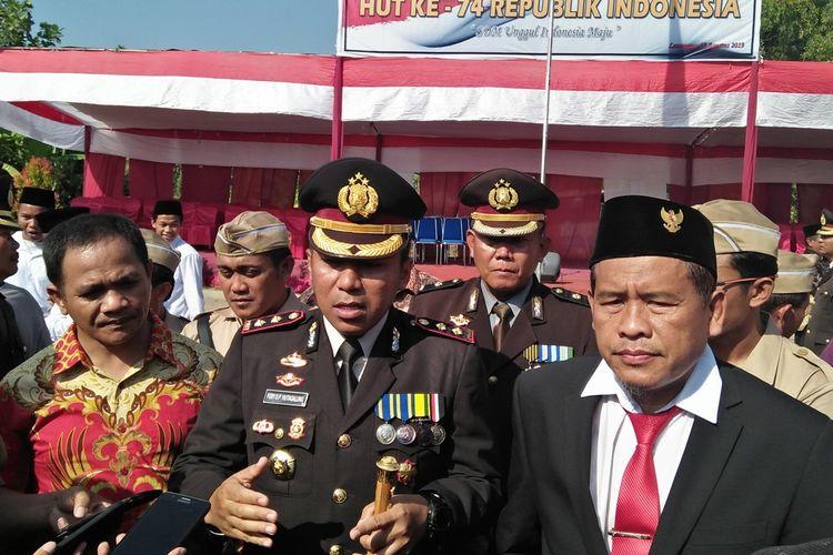 Ali Fauzi (kanan) bersama Kapolres Lamongan AKBP Feby DP Hutagalung, usai upacara bendera 17 Agustus di Yayasan Lingkar Perdamaian (YLP), di Desa Tenggulun, Kecamatan Solokuro, Lamongan.