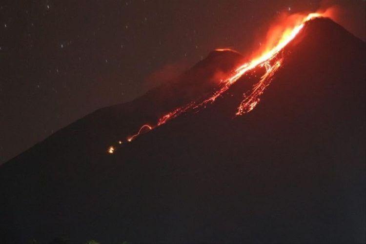 Dua kawah Gunung Karangetang di Kabupaten Kepulauan Sitaro, Sulut, mengeluarkan lava