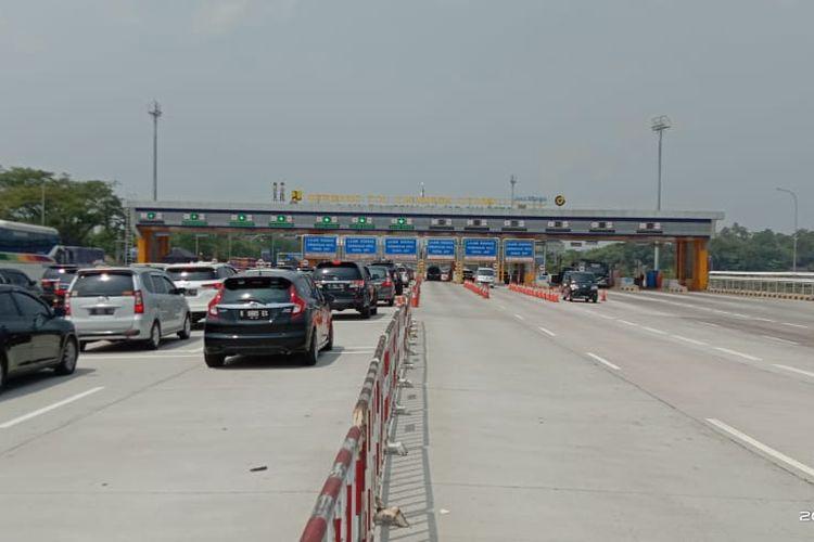Kondisi kendaraan lalu lintas yang keluar dari Jakarta menuju salah satu gerbang tol dalam pelaksanaan mudik Idul Adha, Kamis (30/7/2020).