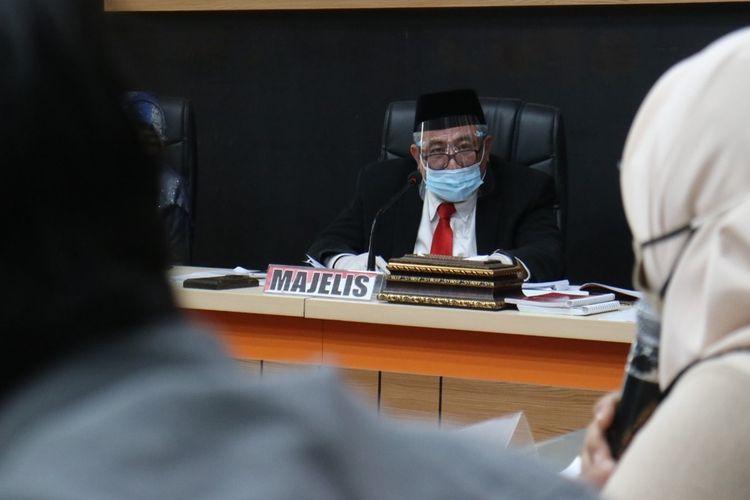 Majelis sidang DKPP dipimpin oleh anggota DKPP Prof Teguh Prasetyo saat melaksanakan sidang dugaan pemberhentian staf tanpa mengikuti prosedur di kantor KPU Provinsi Gorontalo. Sebanyak 5 orang penyelenggara Pemilu dari Bawaslu Pohuwato dan Provinsi Gorontalo diperiksa dalam siding ini.