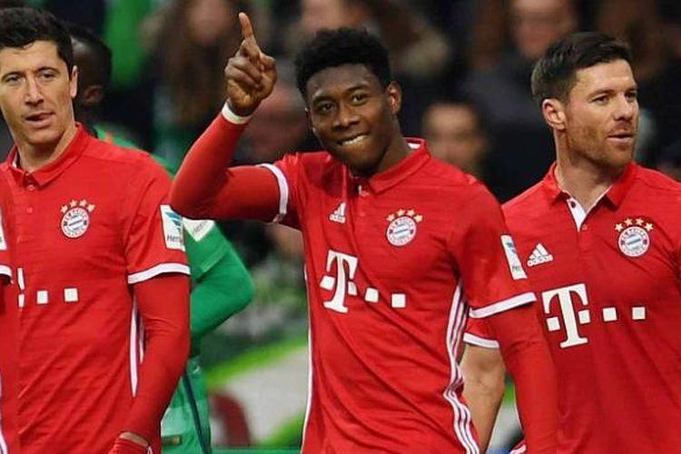 Para pemain Bayern Muenchen merayakan gol ke gawang Werder Bremen dalam lanjutan Bundesliga di Weserstadion, Sabtu (28/1/2017).