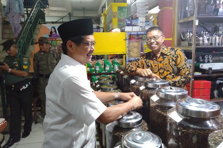 Wali Kota Jakarta Selatan, Marullah Matali (kiri) berbincang bersama Pemilik Kedai Dunia Kopi, Suradi (kanan) di Pasar Santa Kebayoran Baru Jakarta Selatan, Jumat (3/5/2019)