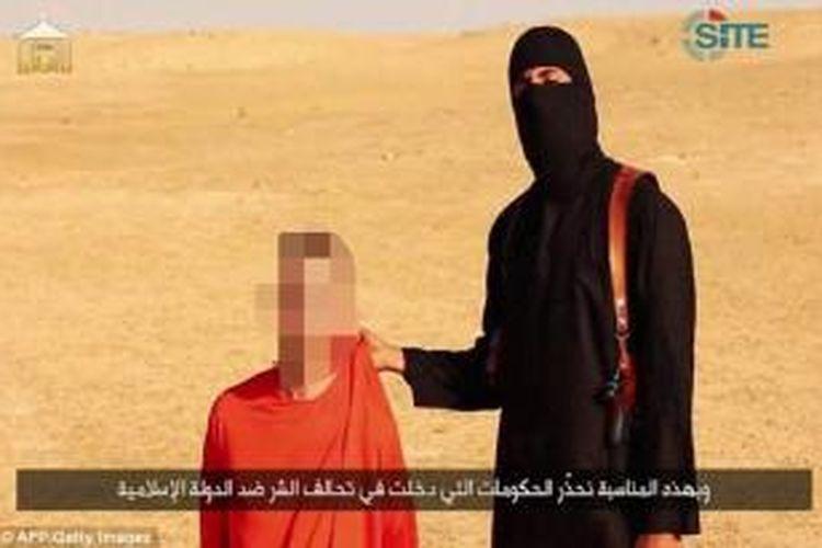 Seorang anggota ISIS yang mengeksekusi jurnalis AS Steven Sotloff memegang seorang warga Inggris dan mengancam akan mengeksekusi pria berusia 44 tahun itu.