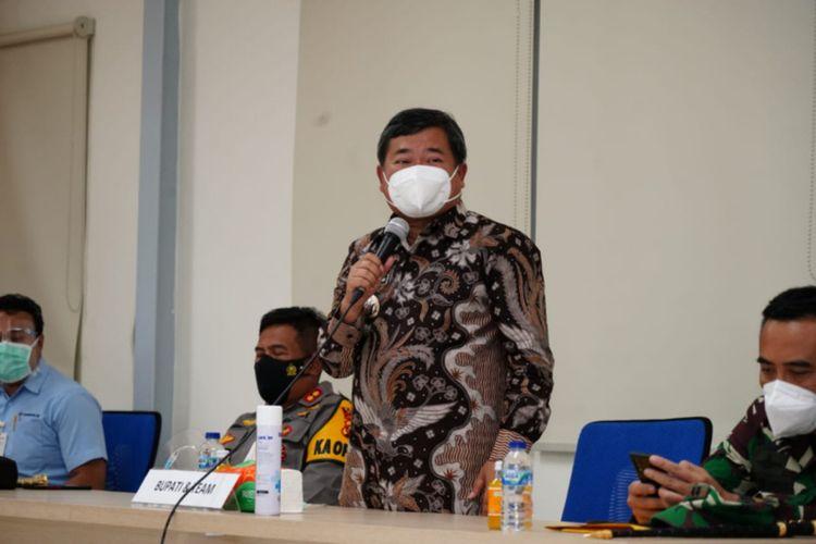 Bupati Garut Rudy Gunawan saat memberikan arahan kepada perusahaan yang karyawannya terpapar Covid-19 sekaligus menandatangani fakta integritas, Selasa (15/12/2020) di Pabrik PT Chang Shin Reksa Jaya. (Dok Humas Pemkab Garut)