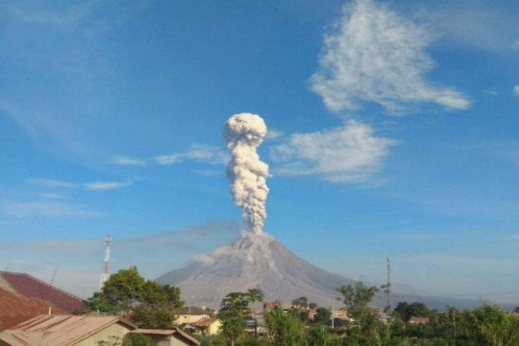 Gunung Sinabung di Kabupaten Karo, Provinsi Sumatera Utara, mengalami erupsi dan menyemburkan abu vulkanik dengan tinggi kolom 2.500 meter pada Senin (10/5/2021). Laporan erupsi menurut data Pusat Vulkanologi dan Mitigasi Bencana Geologi (PVMBG).