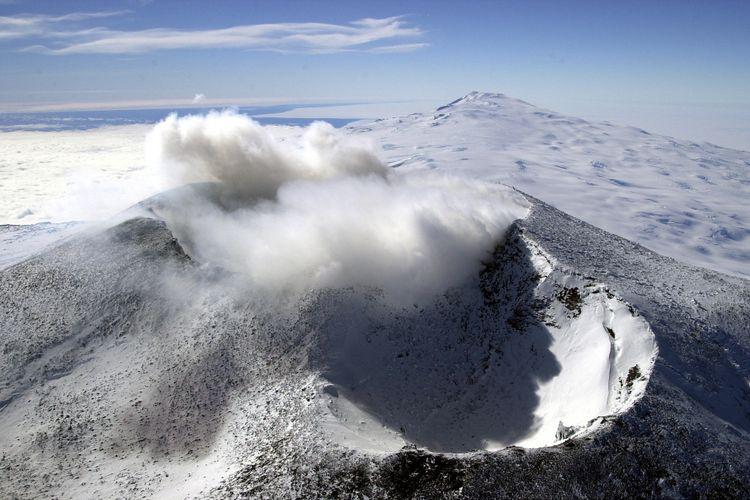 Kawah Gunung Erebus di pulau Ross, Antartika