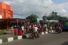 Upah Belum Dibayar, Puluhan TKBM Blokade Ruas Jalan Timika-Mapurujaya