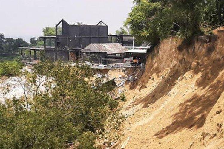 Kondisi Bukit Putri Cempo Gresik dan satu kafe dibongkar akibat longsor, Jumat (19/3/2021).