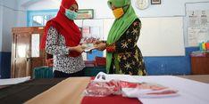 Wali Kota Madiun dan Wakilnya Bagikan Seragam Sekolah Gratis ke Siswa SD dan SMP
