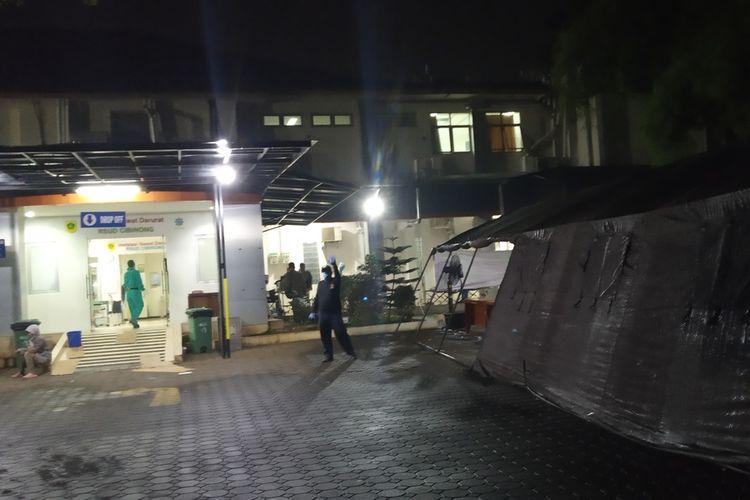 Rumah Sakit Umum Daerah (RSUD) Cibinong, Kabupaten Bogor, Jawa Barat, mendirikan tenda darurat untuk menampung pasien baru Covid-19.