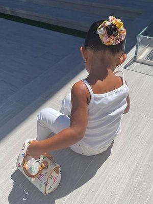 Putri Kylie Jenner, Stormi Webster, terlihat memegang tas Louis Vuitton dalam postingan terbaru bungsu keluarga Kardashian-Jenner itu.