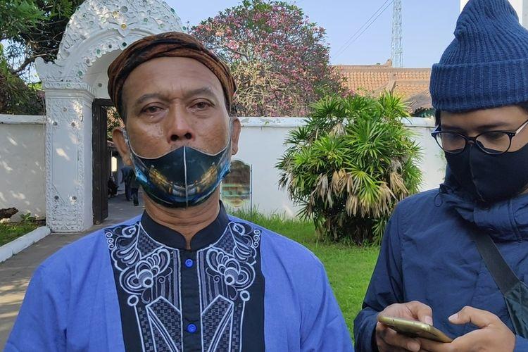 Jajat Sudrajat Protokoler Keraton Kasepuhan Cirebon Jawa Barat menyampaikan kabar duka meninggalnya Sultan Sepuh ke XIV Keraton Kasepuhan Pangeran Raja Adipati Arief Natadiningrat di halaman Keraton, Rabu (22/7/2020).