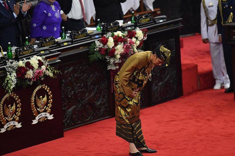 Presiden Joko Widodo dengan baju adat suku Sasak NTB memberi hormat seusai menyampaikan pidato kenegaraan dalam rangka HUT Ke-74 Kemerdekaan RI dalam Sidang Bersama DPD-DPR di Kompleks Parlemen, Senayan, Jakarta, Jumat (16/8/2019).