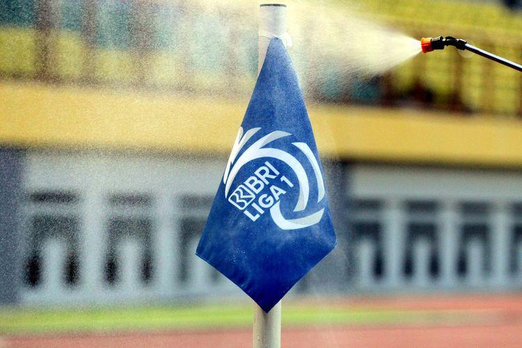 Bendera sepak pojok disemprot disinfektan setiap jeda pertandungan selama Liga 1 2021-2022.